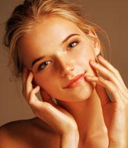 junge Frau mit gelbbrauner Haut