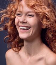junge Frau mit Terracotta-farbener Haut
